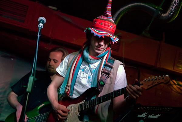 На фото: Миша. Выступление «Девять» на презентации нового альбома группы «Карамаджонги» в клубе «ArteFAQ» в качестве спецгостей. Автор фото: Алексей Карпич. Дата: 07.11.2009.