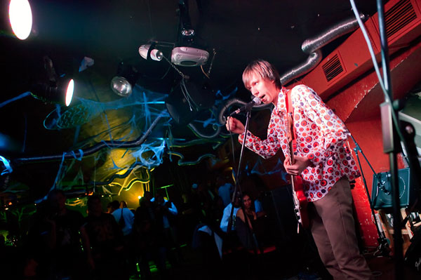 На фото: Выступление «Девять» на презентации нового альбома группы «Карамаджонги» в клубе «ArteFAQ» в качестве спецгостей. Автор фото: Алексей Карпич. Дата: 07.11.2009.