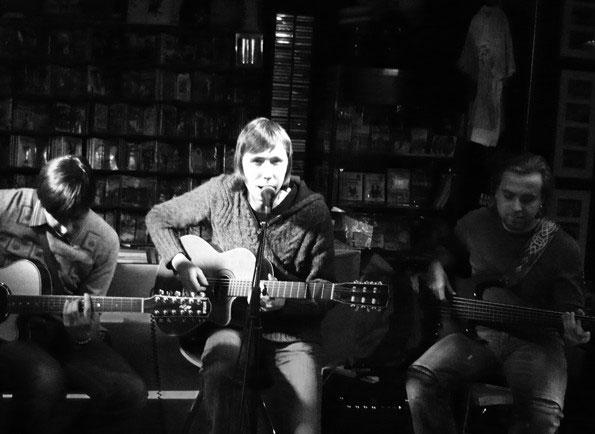 Выступление «Девять» в «ДК» на специальном акустическом концерте, предзнаменующим выход альбома «Содержание 2», продюссируемого Василием Шумовым (группа «Центр»).