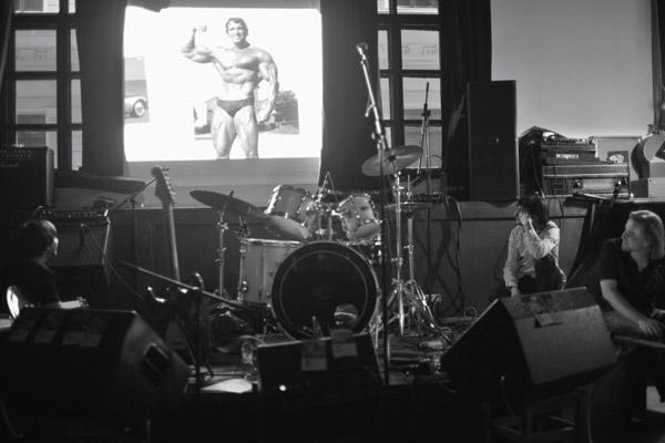 Миша, Саша-Лавэ, Юра; просмотр «клипа оклипе». Презентация клипа напесню «Здравствуй» вклубе «Мастерская».