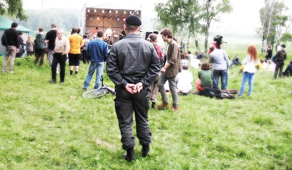 Служитель правопорядка реагирует на выступление группы «Девять» в ходе форума «Антиселигер» в Химкинском лесу. 19.06.2011.