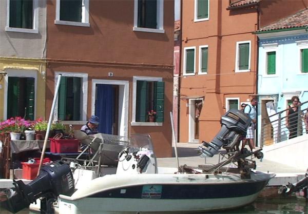 Уличный певец удома №9. Остров Бурано, Италия.