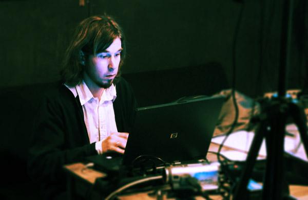В кадре интеллигентнейший Дмитрий Смирнов, взявший на себя нелёгкое дело видео-сопровождения на презентации альбома «Без мая».