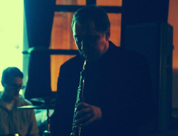 Денис Голубев исполняет партию английского рожка в песне «И-и-и-и» на презентации альбома «Без мая».